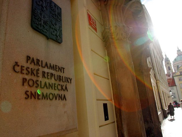 Vláda na svém mimořádném úterním zasedání posvětila poslanecký návrh zákona o zkrácení funkčního období sněmovny. Vzhledem k tomu, že volby v ČR se vždy konají v pátek a sobotu, přichází nejreálněji v úvahu termín 9. a 10. října.