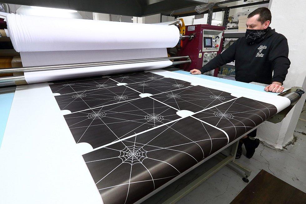Textilii je možné potisknout i v malých sériích a z dodaných motivů.
