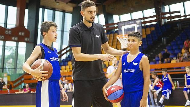 Tomáš Satoranský při udílení rad dětem.
