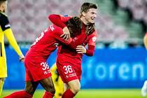 Fotbalisté Midtjyllandu se radují z gólu proti Young Boys Bern.