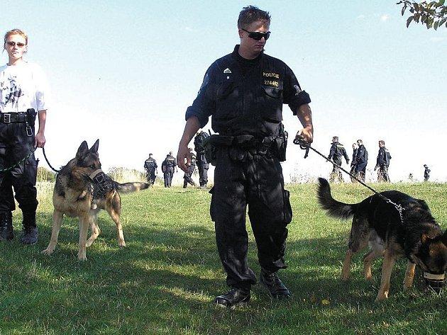Okolí zámku policisté prohledávali i s pomocí psů.