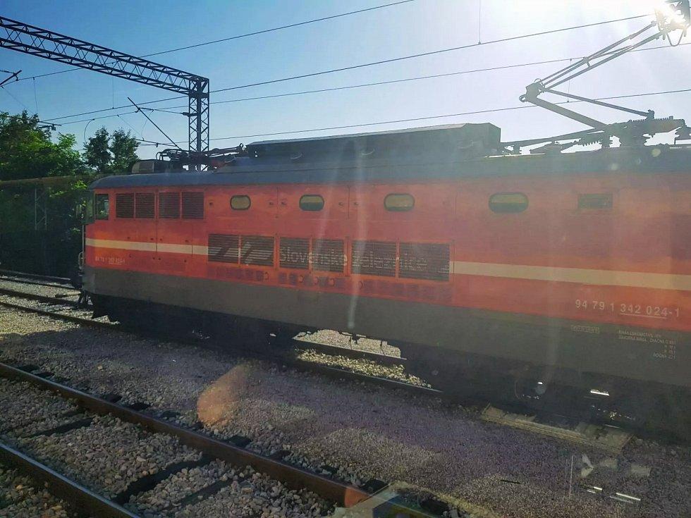 Slovinská lokomotiva, která táhla vlak přes území Slovinska, v chorvatské stanici Šapjane.