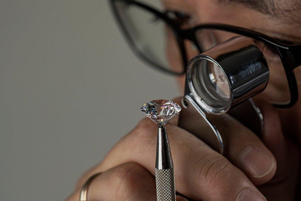 Na český trh se zatím šperky s umělými drahými kameny od Pandory nedostanou.