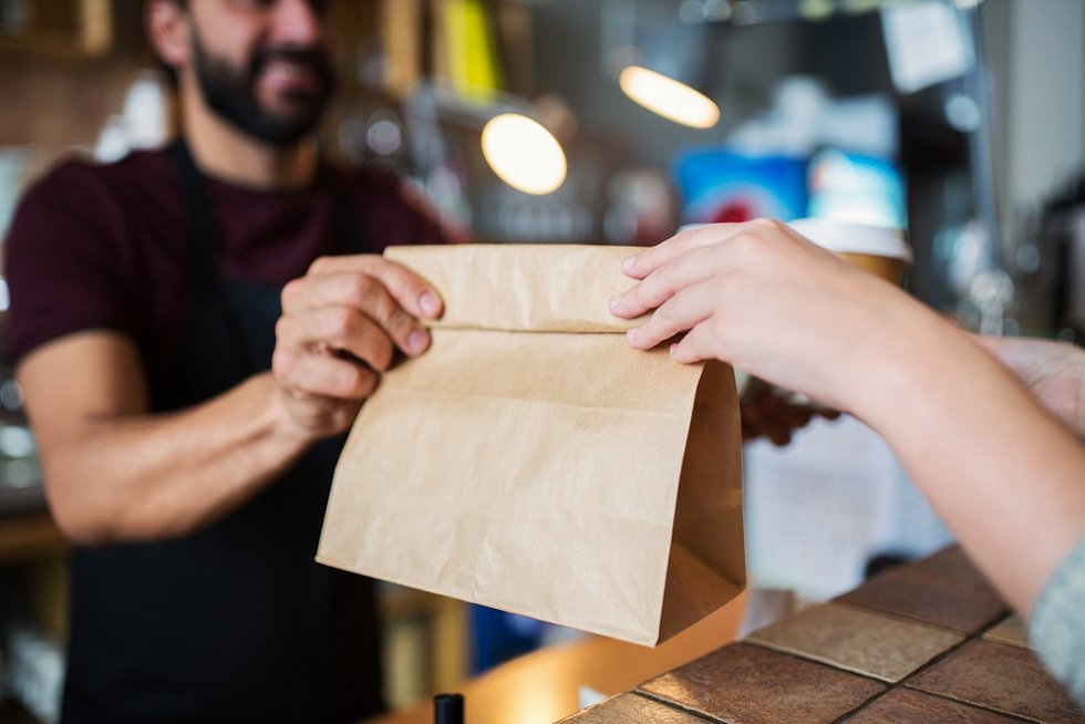 Papír místo plastu. Mnoho obchodů se snaží šetřit životní prostředí.