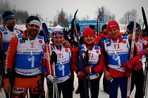 Předsedkyně české triatlonové asociace Lenka Kovářová (druhá zleva) se zúčastnila Jizerské padesátky.
