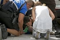 37letá Pamela Rauseo dává svému synovci umělé dýchání uprostřed dálnice.