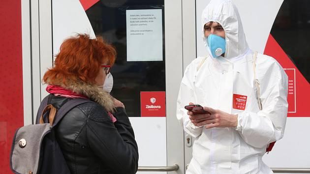 V Česku přibývá nakažených koronavirem. Lidé by měli dodržovat nařízení a nosit roušku.