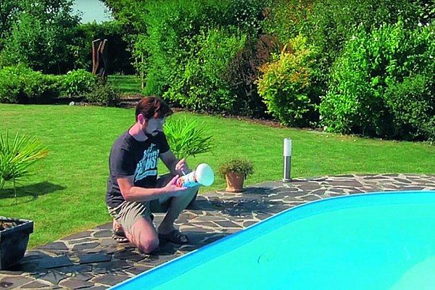 Ukázka, jak se používá čistič bazénu – plovák.