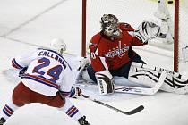 Ryan Callahan z New York Rangers střílí jediný gól zápasu proti Washingtonu.