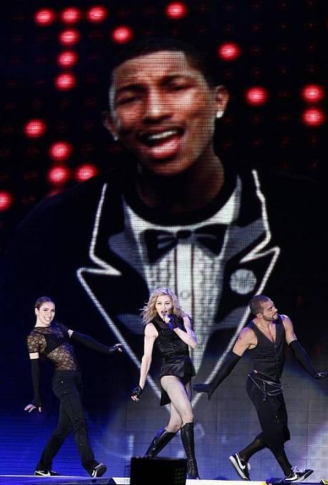 Madonna se svými tanečníky.