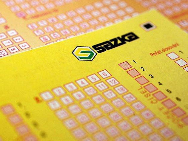 Ministerstvo financí zastavilo správní řízení s loterijní společností Sazka, v rámci kterého hrozilo Sazce odnětí povolení k provozování číselných loterií, kurzových sázek, internetových kurzových sázek a videoloterijních terminálů.