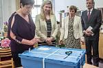 Ministryně školství Kateřina Valachová zahájila 2. května státní maturity na pražském Gymnáziu Na Zatlance.