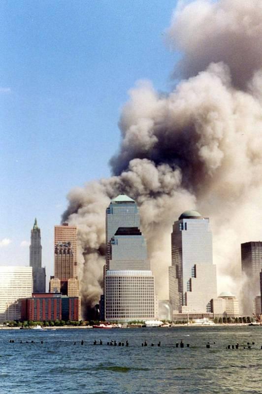 Zřícení newyorských dvojčat, dvou ikonických budov Světového obchodního centra.