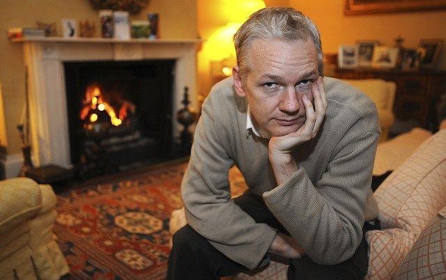 Julian Assange v roce 2011 ve svém londýnském domácím vězení.