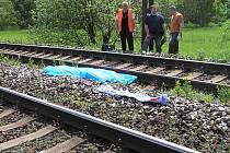 Z vlaku, který na sobotní fotbalové utkání mezi Spartou Praha a Baníkem Ostrava vezl fanoušky do Prahy, vypadl člověk a zemřel.