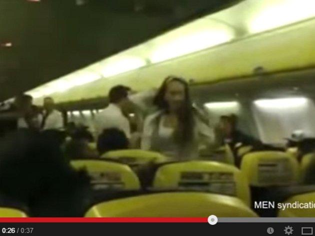 Stevardi jednoho letadla z anglického Manchesteru do španělské Barcelony asi dlouho nezapomenou na let, při kterém se 10 tisíc metrů nad mořem porvala nevěsta jménem Kelly se svou družičkou.
