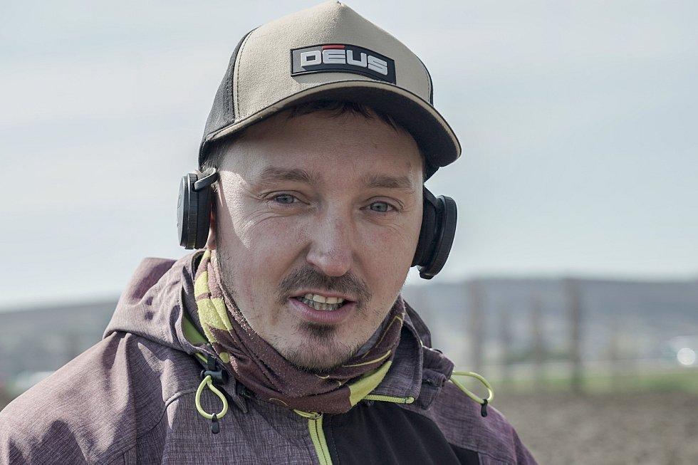 Detektorář Tomáš Merta z Brna při průzkumu archeologické lokality ujde s přístrojem i deset kilometrů. Spolupracuje s odborníky a nálezy odevzdává.