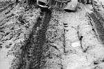 Němečtí vojáci tlačí osobní automobil, který zapadl na typické rozmočené nezpevněné cestě