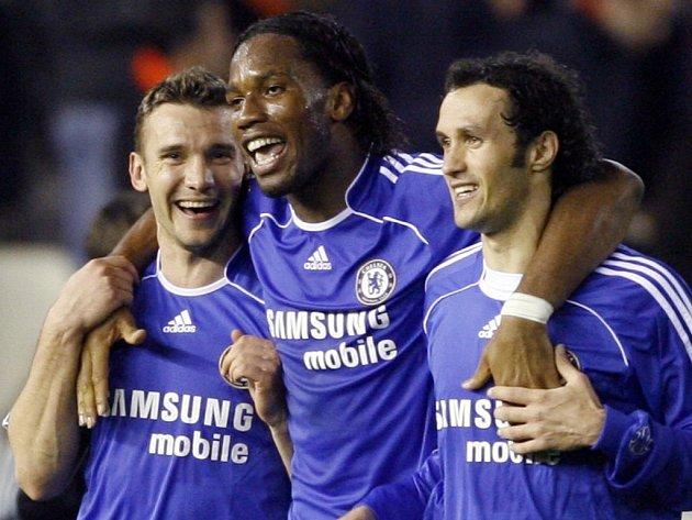 Hráči londýnského klubu se radují z postupu do semifinále Ligy Mistrů. Zleva Ševčenko, Drogba a Carvalho.