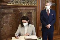 Představitelka běloruské opozice Svjatlana Cichanouská podepisuje pamětní knihu 7. června 2021 v sídle Senátu po setkání s předsedou Senátu Milošem Vystrčilem (vpravo).