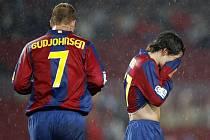 Hráčům Barcelony tentokrát příliš stěstí nepršelo. Na snímku Eidur Gudjohnsen (vlevo) a Bojan Krkič.
