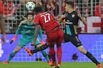 David Alaba z Bayernu Mnichov (v červeném) překonává brankáře Arsenalu Petra Čecha (v modrém).