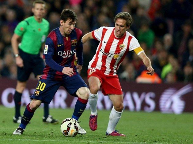 Lionel Messi z Barcelony (vlevo) a Miguel Angel z Almeríe.