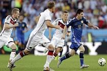 Argentinský čaroděj Lionel Messi (vpravo) uniká německým soupeřům.