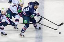 Jan Kovář z Magnitogorsku (vpravo) ujíždí hráčům Novosibirsku.