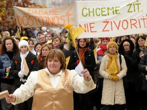 Několik tisíc učitelů a nepedagogických pracovníků se shromáždilo v Bratislavě na demonstraci za vyšší platy.