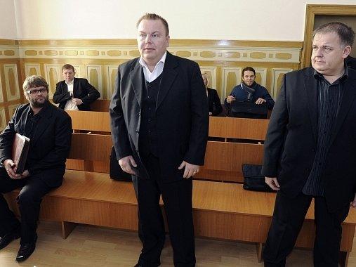 Soud v Teplicích novu začal zabývat případem údajné korupce bývalých policistů hospodářské kriminálky. V roce 2010 je osvobodil, krajský soud mu ale případ vrátil. Mezi trojici obviněných patří vedle Romana Majerníka (uprostřed) a Radka Turišina (vpravo)