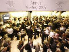 Účastníci fóra v Davosu o přestávce.