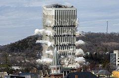 Demolice věžáku.