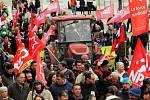 Novými demonstracemi a omezeními v dopravě dnes ve Francii pokračuje stávka pracovníků státní sféry vyvolaná vládním plánem důchodové reformy