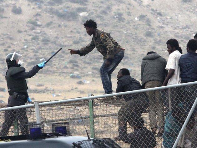 Do španělské enklávy Ceuta na severu Afriky se dnes podařilo proniknout devíti desítkám běženců.