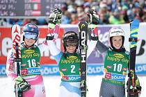 Konečné pořadí obřího slalomu v Söldenu. Zleva stříbrná Mikaela Shiffrinová, vítězka Lara Gutová a třetí Marta Bassinová.