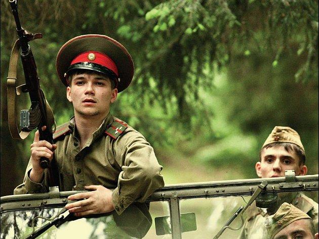 VE FILMU ANGLICKÉ JAHODY vystupuje i řada výborných ruských herců. Stejně jako většina těch českých, ani oni srpnové dny roku 1968 nepamatují. Také proto bylo podle režiséra Vladimíra Drhy natáčení velmi zajímavým zážitkem.