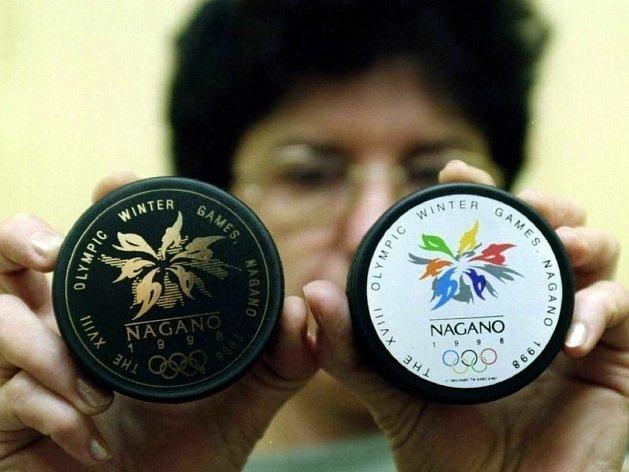 S těmito puky se hrál olympijský turnaj v Naganu.