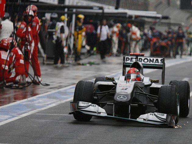 Michael Schumacher s poškozeným předním přítlačným křídlem po jedné z kolizí.