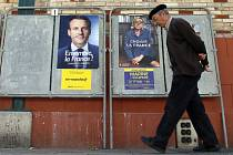 Poslední průzkumy dávají větší šance Emmanuelu Macronovi. Volilo by ho 62 procent Francouzů s hlasovacím právem, Le Penové přeje jen 38 procent.