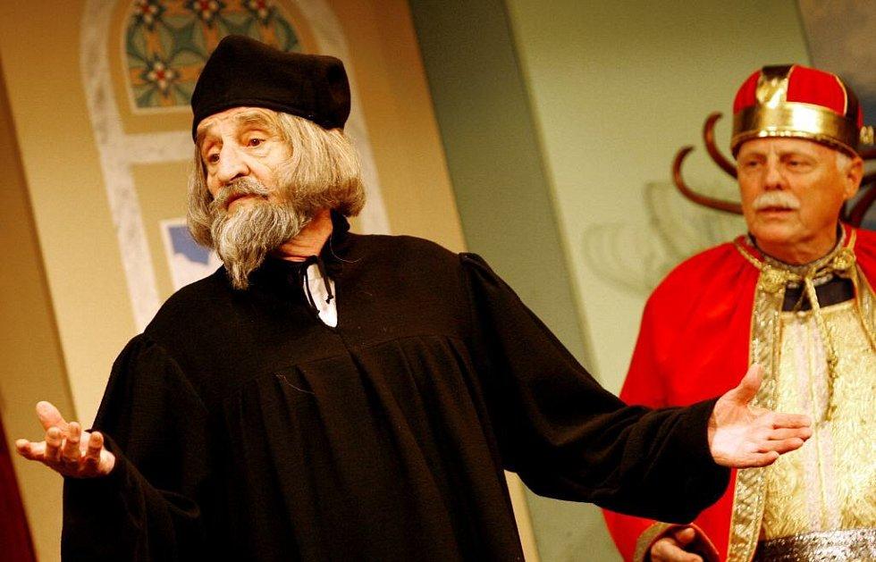 Na snímku Jaroslav Weigel jako Jan Hus, v pozadí Petr Brukner jako Svatý Václav.
