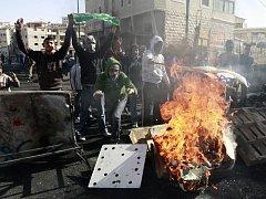 Izraelské nálety, jež jsou odpovědí na stovky raket vypalovaných z Gazy, si již podle zdravotníků vyžádaly na 300 mrtvých a přes 700 zraněných.