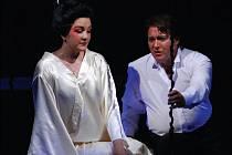 GEJŠA A DŮSTOJNÍK. Hlavní role v opeře Madama Butterfly ztvární Valeria Vaygant a host SDOB Igor Jan.