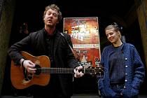 """Irský kytarista a zpěvák Glen Hansard a česká zpěvačka a pianistka Markéta Irglová hráli 19.října do """"klobouku"""" v pasáži Lucerna."""
