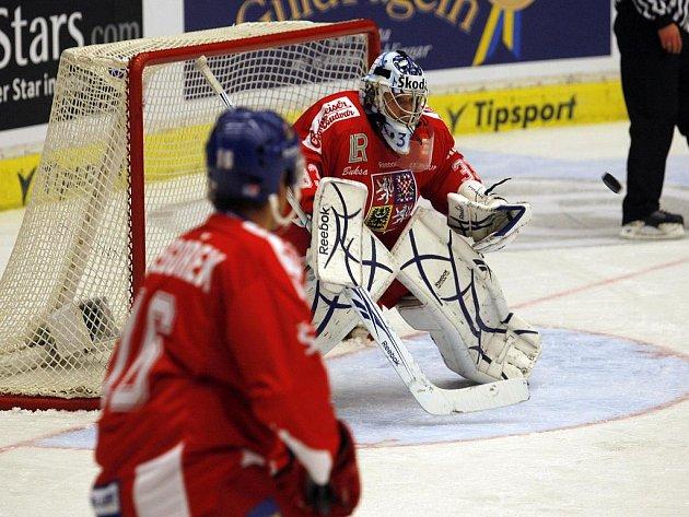 Gólman české reprezentace Jakub Štěpánek kryje střelu v zápase Euro Hockey Tour.