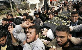 Palestinci v pásmu Gazy využili pohřbu jednoho z radikálů zabitých při akci izraelské armády k demonstraci proti židovskému státu.