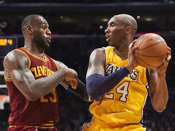 Poslední zápas hvězd: Kobe Bryant (vpravo) a LeBron James