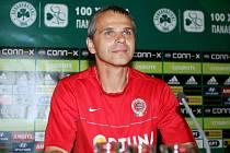 Trenér Sparty Vítězslav Lavička na tiskové konferenci v Aténách.