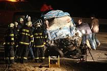 MEMENTO. Při každém silnějším sešlápnutí pedálu plynu by se měl řidiči vybavit obrázek podobný tomuto. Taková hromada šrotu zůstala z mikrobusu, v němž ve středu zahynulo osm lidí.