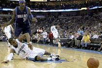 Domácí hvězda Chris Paul (na zemi) je faulována Jasonem Terrym z Dallasu.